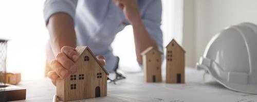 architect creatief ontwerperontwerp en plan om woongebouw of huisbezit te bouwen foto