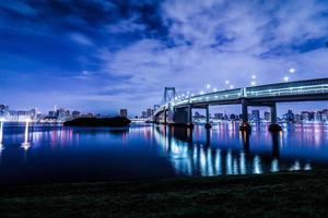 tokyo night city scape in odaiba met regenboogbrug foto