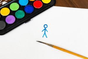 de man is geschilderd met penseel en aquarelverf op witte achtergrond foto