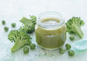 babyvoeding biologische groene broccoli puree met ingrediënten foto