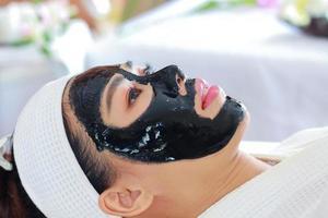 vrouw krijgt gezichtsbehandelingen huidbehandeling door een schoonheidsspecialiste in een spa salon foto