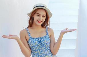 Aziatische vrouw die lacht terwijl thuis foto