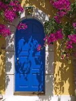 blauwe deur op het eiland Kefalonia, Griekenland foto