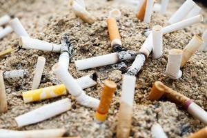 sigaretten op asbak foto