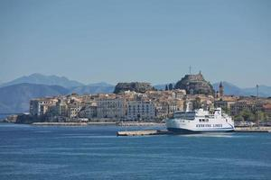 kerkyra-lijnen veerboot en historisch centrum van het eiland corfu in griekenland foto