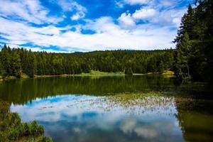 het meer van tret a fondo, in de non-vallei in trento, italië foto