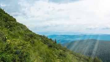 Karpatenpanorama van groene heuvels in de zomerberg foto