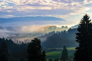zon en mist boven Asiago foto