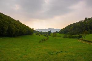 weelderige vallei in de heuvels buiten Vicenza, Italië foto