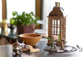 houten kom staat op een dressoir met lantaarn en landelijke decoratie foto