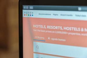 Chiang Mai, Thailand, 20 april 2019, laptop met agoda-website op het scherm foto