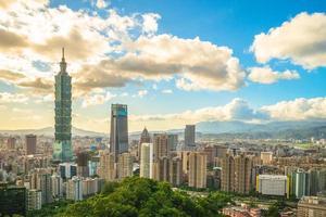 skyline van de stad van taipei in taiwan in de schemering foto
