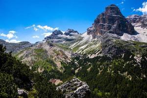 groene vallei in de Dolomieten foto