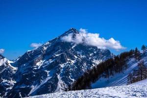 toppen van de dolomieten bedekt met sneeuw foto