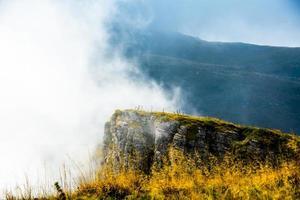 pieken van rots met wolken foto