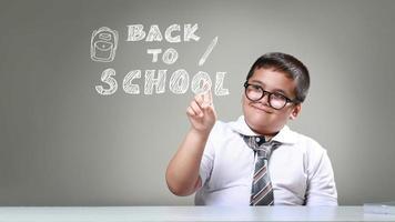 de jongen wijst terug naar school foto