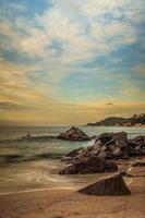 mooi rotsachtig strand bij zonsondergang in Catalonië foto