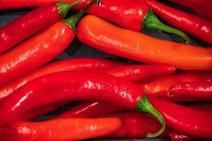 rijpe roodgloeiende chilipepers foto