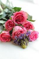 rood roze natuurlijk rozenboeket foto