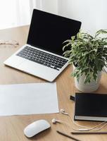 kantoorwerkplek met laptop foto