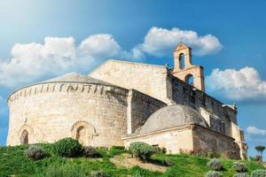 stenen kerk in castiliaans dorp in spanje foto