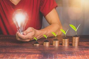 concept van mensen uit het bedrijfsleven investeren in aandelen en inkomensgroei foto