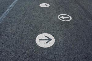 pijl verkeersbord op straat foto