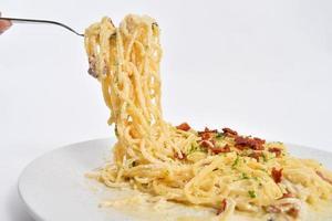 spaghetti op een vork pasta met varkensvlees foto