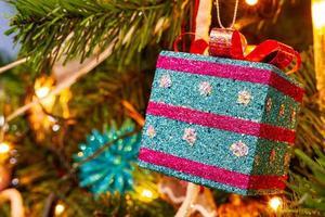 kerstboom met een geschenkdoos in zicht foto