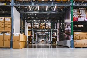 magazijn gangpad in een ikea winkel foto