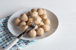 gehaktballen op een bord op tafel foto