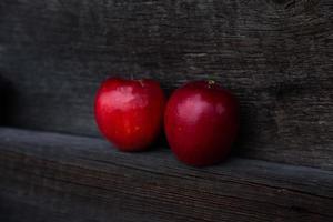 paar rode appels op houten tafel met kopie ruimte voor tekst foto