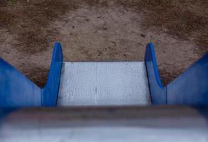 kinderglijbaan met blauwe zijkanten en een glanzend metalen oppervlak foto