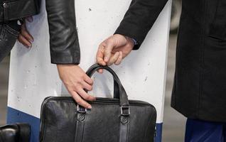dief zakkenrollen een vrouw bijgesneden afbeelding foto