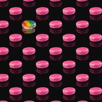 patroon van roze macarons met reflectie op een zwarte achtergrond foto