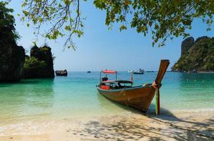 lange staart boot rijden op de blauwe zee van de lagune van koh hong krabi thailand in de zomer foto