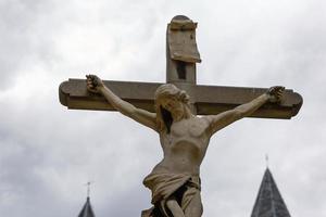 Jezus Christus gekruisigde stenen sculptuur in antwerpen in belgië foto