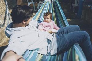 kleine baby genieten van een zonnige dag in vakantie met papa foto