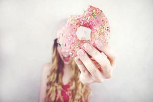grappige jonge vrouw met een donut foto