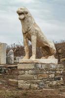 oud standbeeld van leeuw op het eiland delos, griekenland foto