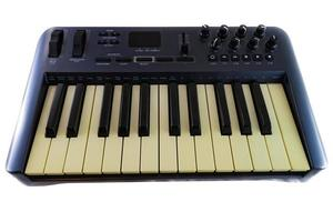usb midi synthesizer toetsenbordcontroller op witte achtergrond foto