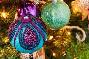 kerstboom met decoratieve ballen en kaarslichten foto