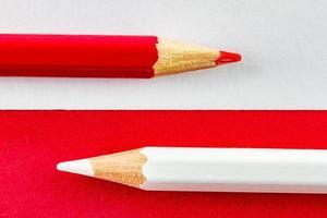 kleurpotloden op rood en wit kleurendocument horizontaal gerangschikt foto