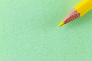 geel kleurpotlood op groen kleurendocument diagonaal gerangschikt foto