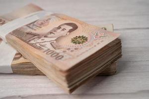 stapel Thaise baht bankbiljetten op houten achtergrond bedrijfsbesparing financiën investeringsconcept foto