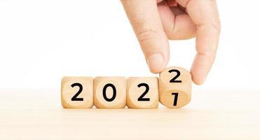 hand veranderende houten blokken met nummer 2021 tot 2022 nieuwe jaar concept kopie ruimte foto