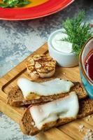 rode bietensoep en zwart brood met spek foto