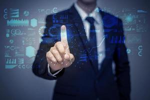 zakenman in pak werken met digitaal virtueel scherm foto