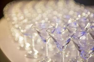 een rij champagneglazen foto