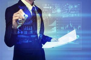 zakenman in blauw pak werken met digitaal virtueel scherm foto